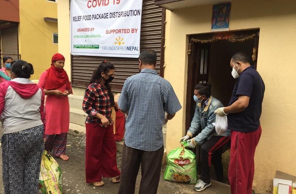 Lebensmittel werden an bedürftige, von der Corona-Pandemie betroffene Familien verteilt